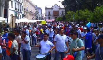 jpg_Policias_en_la_plaza-2.jpg