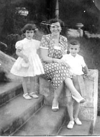 Junto a su madre y su hermano Lalo
