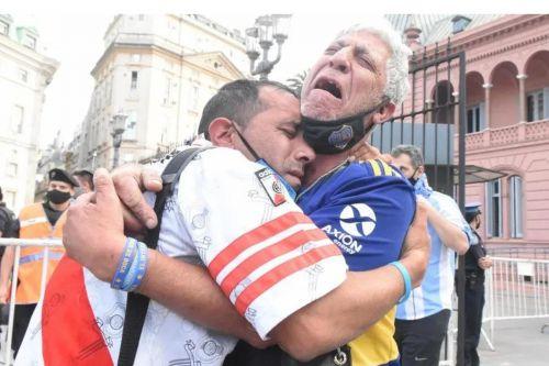 Hinchas abrazados por la muerte de Diego